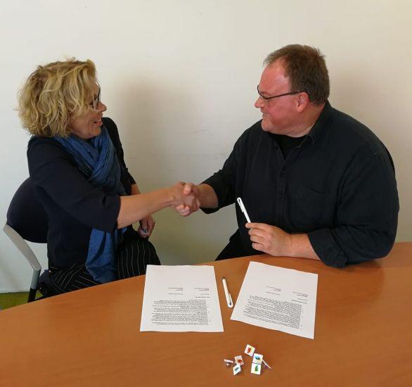 Gerdien Rabbers (directeur Samen Sterk zonder Stigma) en Arjan Pronk (directeur GGZ Ecademy) zetten jun handtekening onder deze samenwerking.